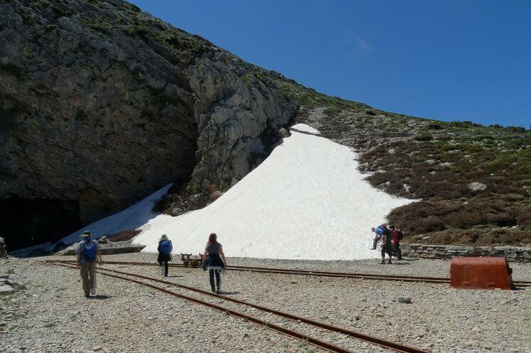 Im Frühjahr treffen Sie noch auf Schneefelder im Ida-Gebirge und auf Schienen vergangener Zeiten ...