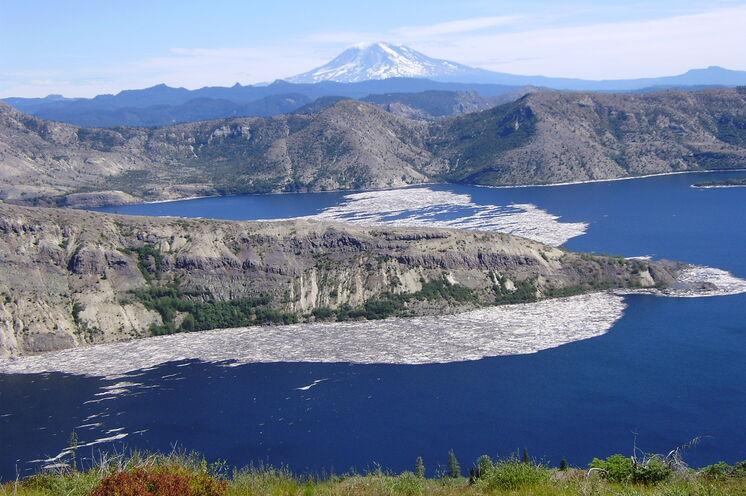 Genießen Sie die eindrucksvolle Umgebung des Spirit Lake in der Nähe des Mount St. Helens