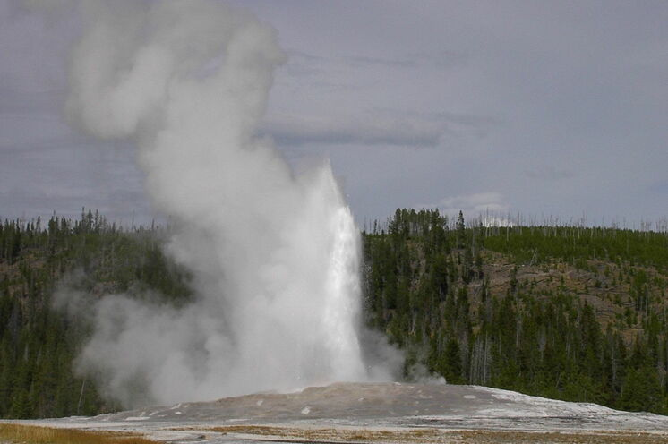 Der Old Faithful Geysir im Yellowstone-Nationalpark bricht etwa alle 80 Minuten aus
