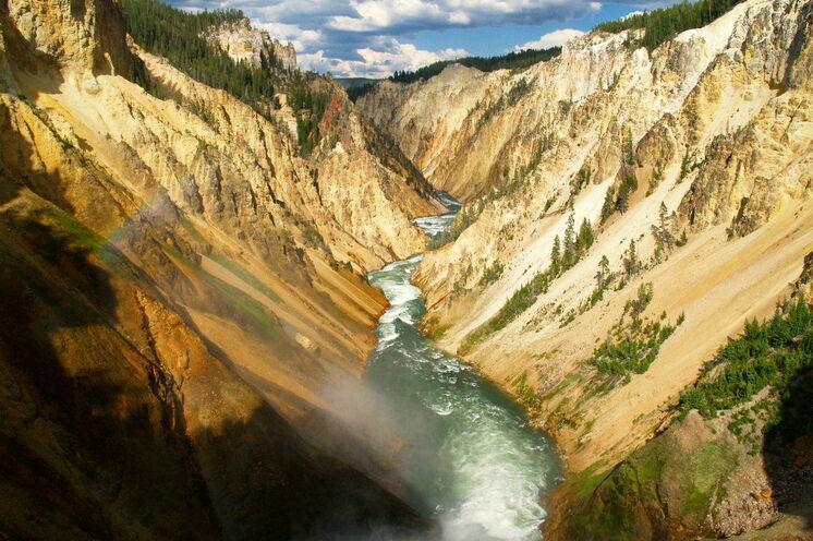 Der Yellowstone River bahnt sich tosend seinen Weg durch den Bundesstaat Wyoming
