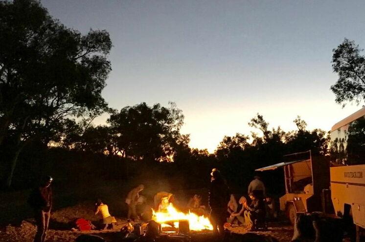 Genießen Sie die unglaubliche Stimmung im Outback bei einem Lagerfeuer