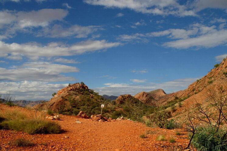 Auf rostroter Erde wandern Sie auf dem Larapinta Trail durchs höchste Wüstengebirge Australiens, die West MacDonnell Ranges...
