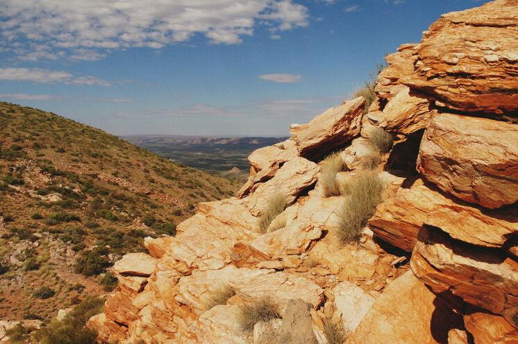 Sie wandern entlang eindrucksvoller Felsformationen...