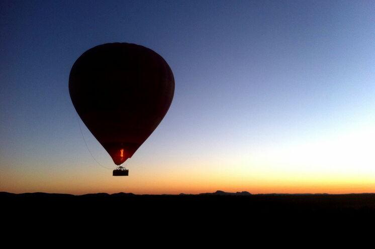 Unvergesslich ist ein Heißluftballonflug übers Outback zu Sonnenaufgang (optional)