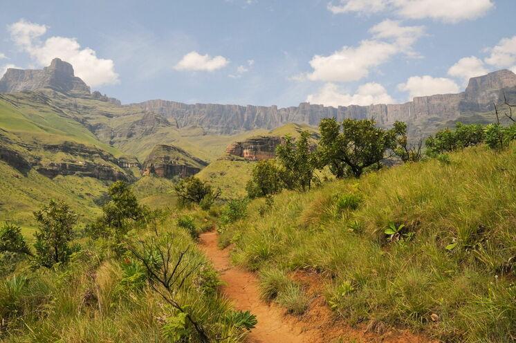 Bis zu 3000m erhebt sich die Bergkette.
