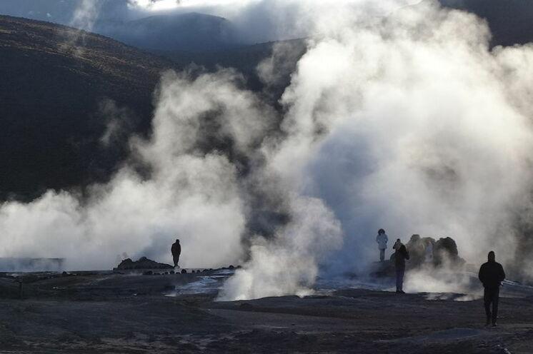 Rauchende Dampfsäulen mit den ersten Sonnenstrahlen. Das El Tatio Geysirfeld ist ein ganz besonderes Erlebnis.