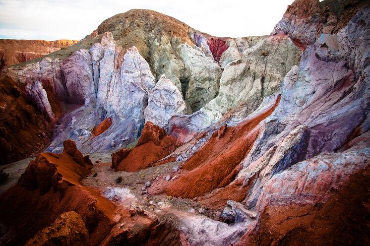 Im Regenbogental haben die Vulkane ganze Arbeit geleistet und die Felsen in unterschiedliche Farben getaucht