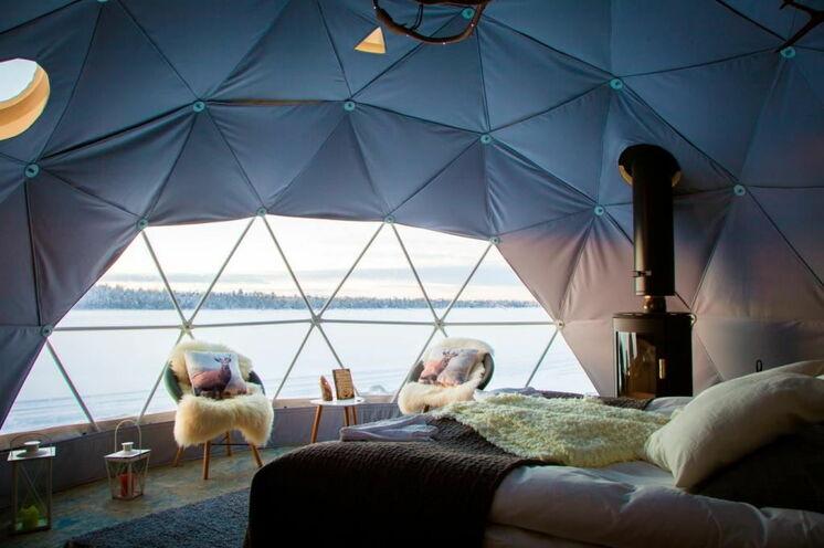 """Es ist ein einzigartige Erlebnis, eine Nacht in diesem """"Aurora-Zelt"""" zu übernachten. Vom Bett aus können Sie die Polarlichter bewundern, während im Kamin das Feuer knistert"""