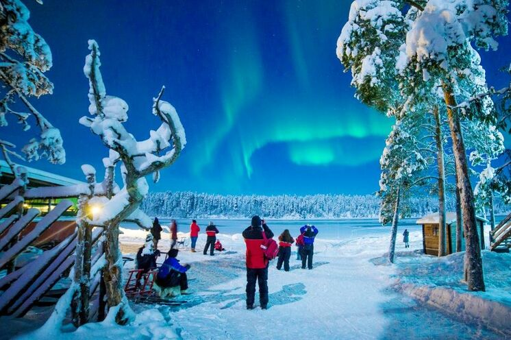 Bessere Fotomotive als Polarlichter kann es nicht viele geben. Wir drücken Ihnen die Daumen, dass Sie auch welche bei Ihrer Reise zu sehen bekommen!