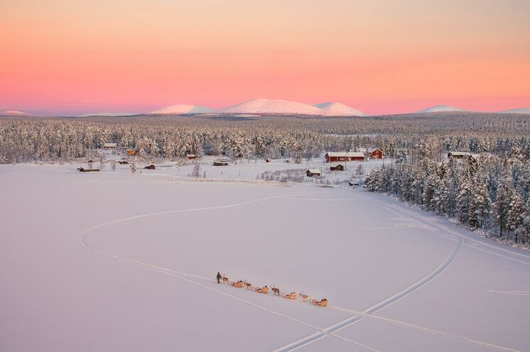 Genießen Sie Lapplands Weite, die Stille und die Schönheit im Winterdorf!