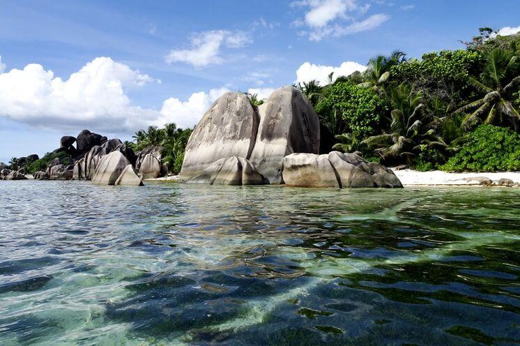 Granitfelsen und kristallklares Wasser am Strand von Source d´Argent auf La Digue