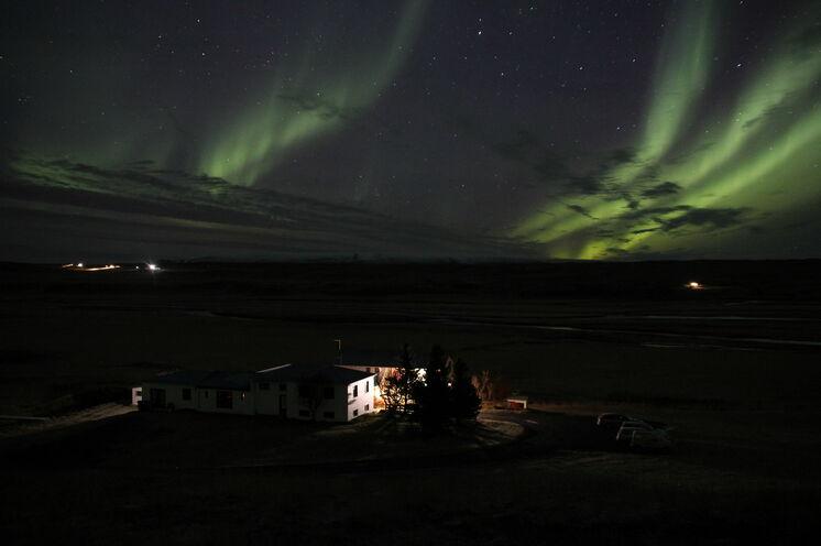 Nordlicht über Brekkulækur. Wir können es leider nicht garantieren, aber wir drücken die Daumen, dass es bei diesen zwei Terminen klappt.