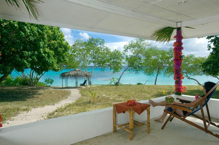 Südsee-Feeling pur: Im Sandy Beach Resort (Foto) und der Matafonua Lodge fehlen Liegestuhl oder Hängematte natürlich nirgends, so dass Sie immer mit Blick aufs Meer entspannen können
