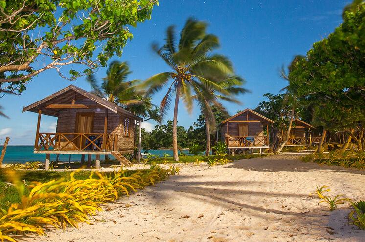 Ihre Unterkunft liegt direkt am paradiesischen Sandstrand (hier im Foto: Matafonua Lodge)