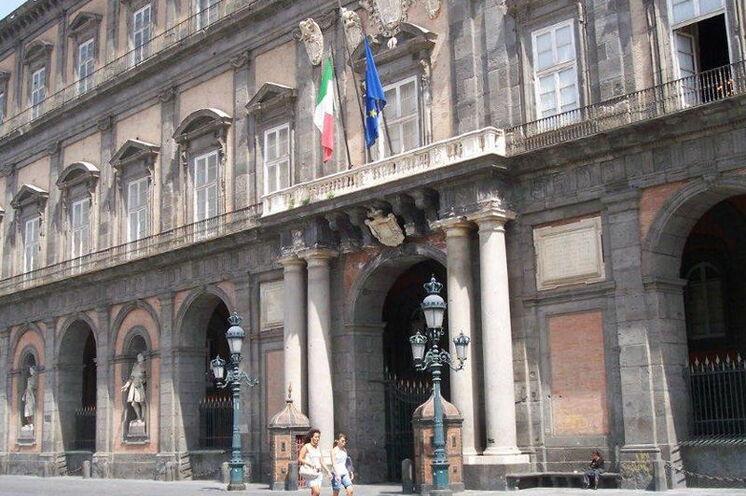 Bei einem Stadtrundgang durch Neapel kommen Sie unter anderem am Palazzo Reale vorbei