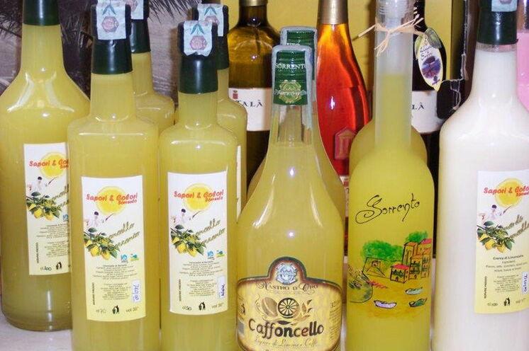 Italienisches Dolce Vita. Köstlichkeiten wie dieser Limoncello (Zitronenlikör) versüßen Ihnen Ihre Reise
