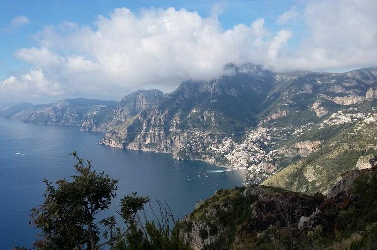 Während der Wanderung auf dem Götterpfad eröffnen sich traumhafte Ausblicke auf die Steilküste