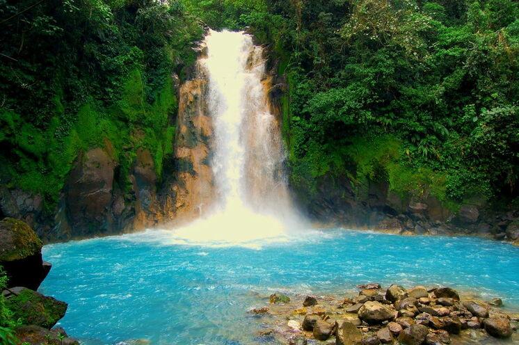 Auf der Wanderung zum türkisblauben Wasserfall des Rio Celeste im Tenorio Nationalpark (14. Tag) lüftet Ihr Reiseleiter auch das Geheimnis um die starke Farbgebung des Wassers