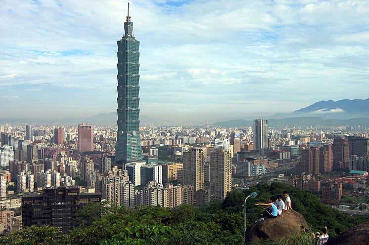 Taipeh: Leben zwischen Tradition und Moderne. Von der Aussichtsplattform des Taipei 101, einer der höchsten Wolkenkratzer unserer Welt, ...