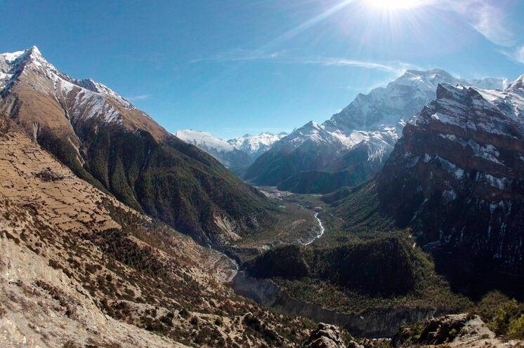 Trail-Läufer-Traum-Landschaft!!! (Annapurna 2 - 7932 m - rechts im Bild)