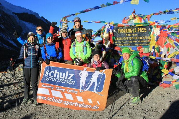 Die Gruppe des 1. Annapurna Circuit Trailruns auf dem 5416 Meter hohen Thorung La Pass. Nur ein Highlight dieser spektakulären Laufreise rings um die Göttin der Ernte - Annapurna