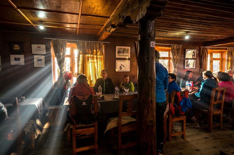 Übernachtet wird in urigen Lodges, welche je einen gemütlichen Gemeinschaftsraum mit Ofen und guter Atmosphäre bieten.