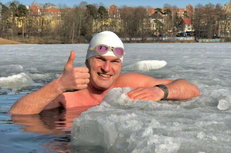 Eisbaden in der Newa, organisiert von Roman Karkachev ...
