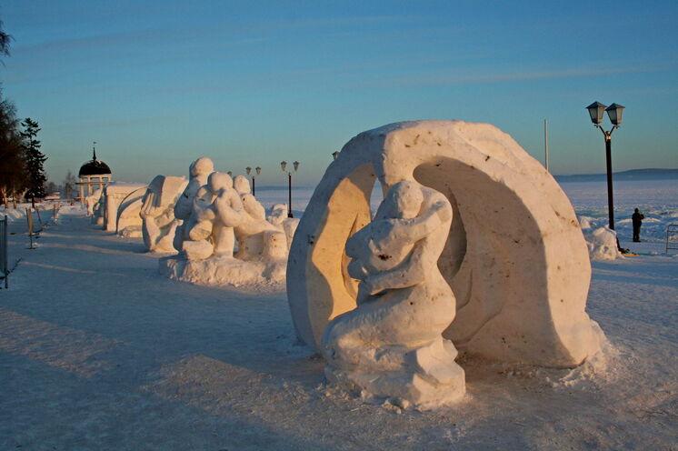 Winterlandschaft am Onega-See - langgestreckte Ufer-Promenade unterhalb der Stadt