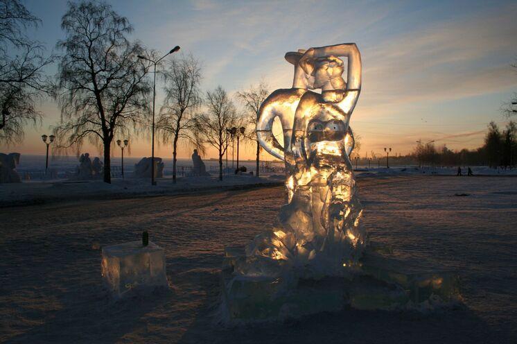 Eis- und Schneeskulpturen auf der Uferpromenade von Petrosawodsk
