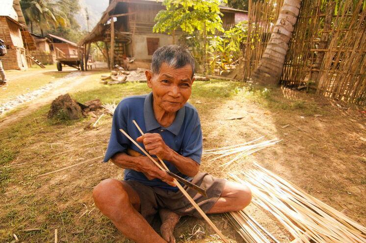 Begegnungen am Wegesrand, Sie wandern durch Dörfer verschiedener Bergvölker