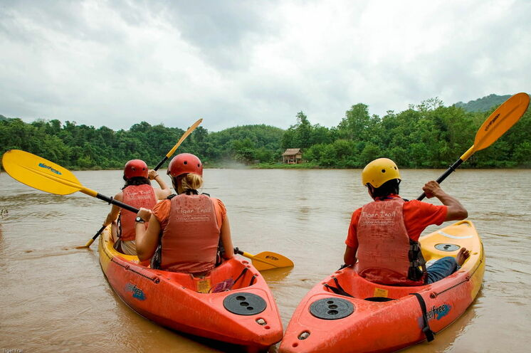 Per Kajak geht es auf dem Nam Khan Fluss stromabwärts