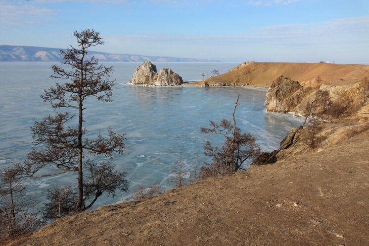 Der Schamanenfelsen auf der Insel Chuschir - ein erhabener Stein.
