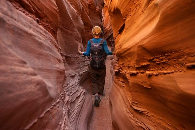Surreal anmutende, orange-rote bis rost-braune Sandsteinformationen erwarten Sie in den versteckten Slot Canoyons: Peekaboo und Spooky