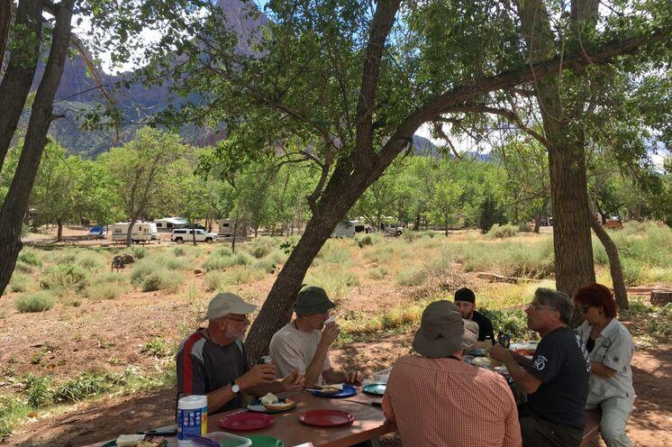 Gemeinsames Kochen und Essen unter freiem Himmel gehört zum Reisealltag