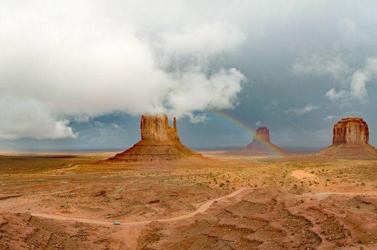 Im Monument Valley treffen Sie auf Navajo-Indianer, unternehmen eine Jeep-Tour durch die Monolithen-Landschaft