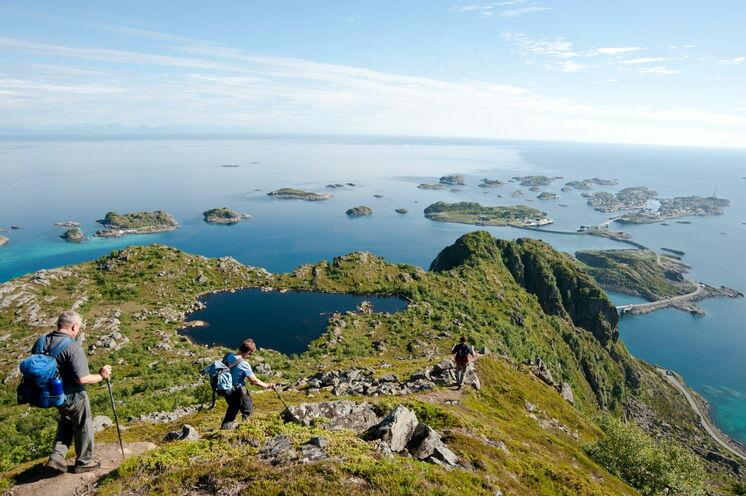 Abstieg vom Festvågtinden (541 m) mit Blick auf den Vestfjord und den Fischerort Henningsvær