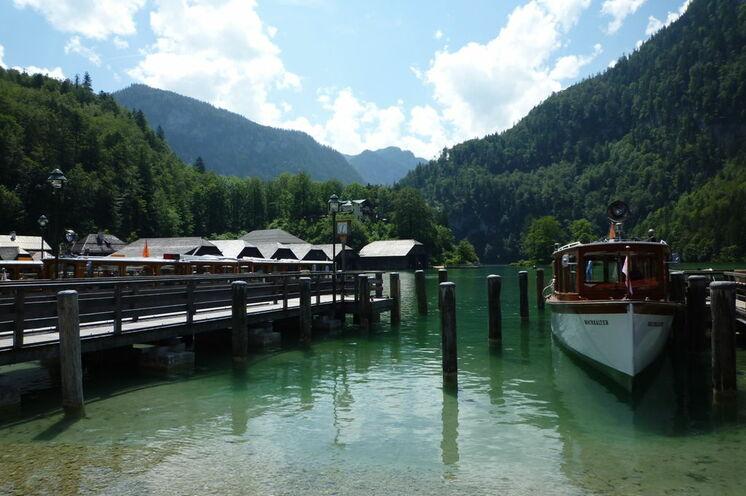 Per Boot geht es über den Königssee zum Ausgangspunkt Ihrer ersten Etappe