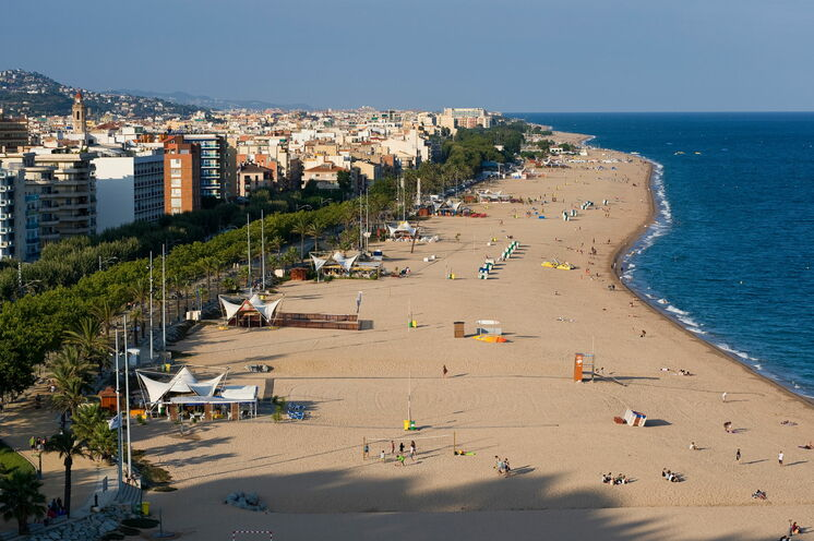 Callella's Strand, gut besucht in der Saison.