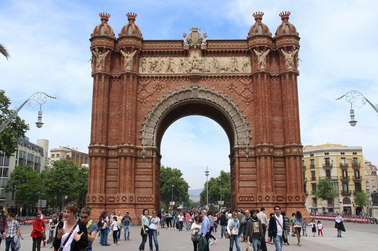 In unmittelbarer Nähe des Arc de Triomf beziehen Sie Ihr Hotel. An diesem Bogen führt kein Weg vorbei; beim Halbmarathon durchlaufen Sie das Tor, das Sinnbild der Weltausstellung von 1888 ist.