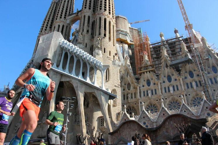 Gaudis Jahrhundertwerk und Dauerbaustelle (geplanter Abschluss 2026): Sagrada Familia. Läuferisch kommen Sie nur beim Marathon jährlich im März vorbei. Einen Besuch während Ihres Aufenthalt empfehlen wir sehr (Tickets für eine Innenbesichtigung unbedingt vorab organisieren).