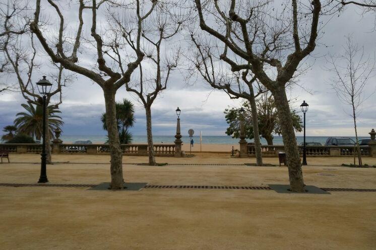 Erreicht man Calella mit dem Zug, der unmittelbar am Strand hält, steht man auch schon auf Calella's Küstenpromenade, die....
