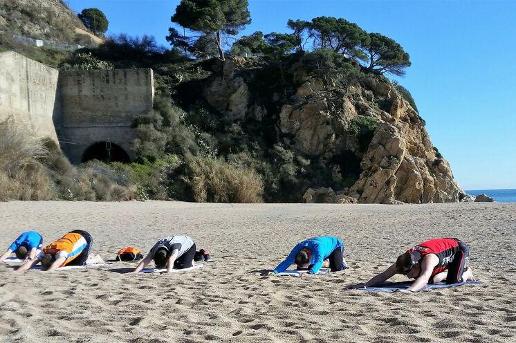 Yogaelemente, die der Dehnung und Entspannung dienen, gehören ebenso zum ganzheitlichen Trainingskonzept.