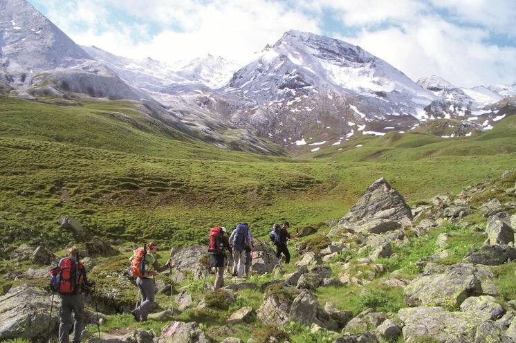 Auf einsamen Urpfaden überqueren Sie die Alpen