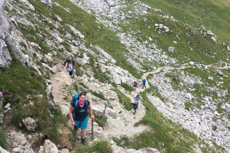 Mit nur leichtem Gepäck geht es über die Alpen