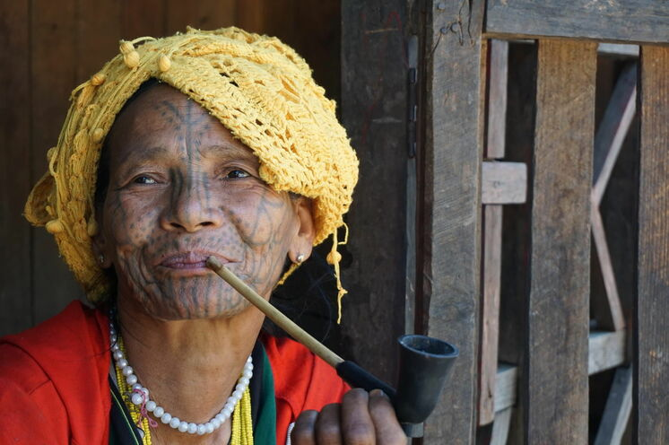 Chinfrau mit Gesichtstatoo während der Trekkingtour nach Kyardo