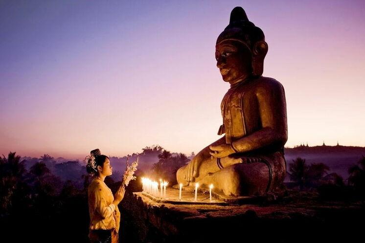 Buddhaverehrung in der Nähe von Bagan