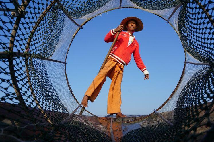 DAS Fotomotiv am Inle-See: der Einbeinfischer