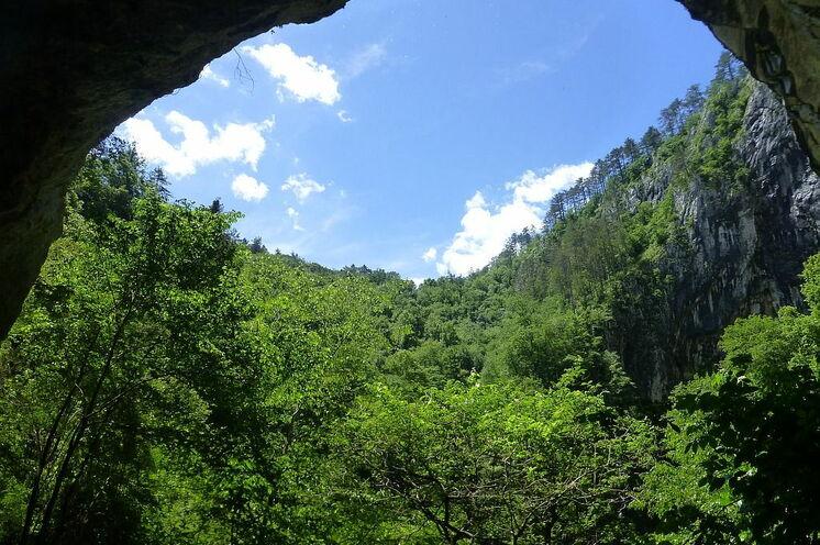 Blick aus einer der Zahlreichen Höhlen in Slowenien