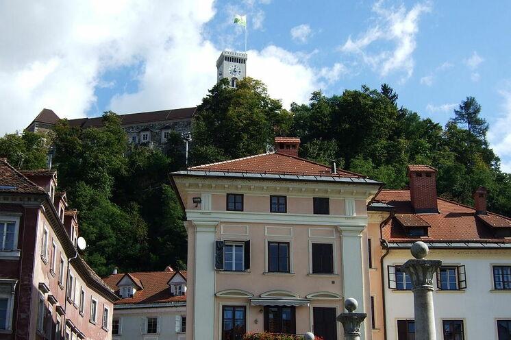 Bei der Stadtbesichtigung erkunden Sie auch die schön gelegene Burg in Ljubljana