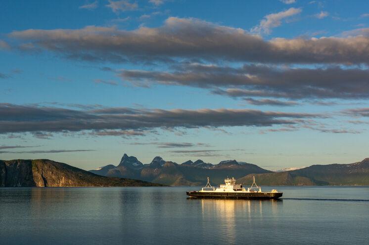 Mit der Fähre fahren Sie über den Vestfjord